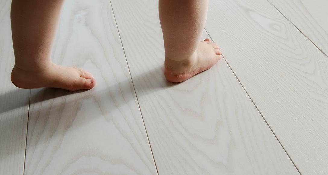 Moskito parquets Barcelona slide nosotros pies bebé sobre suelo parquet