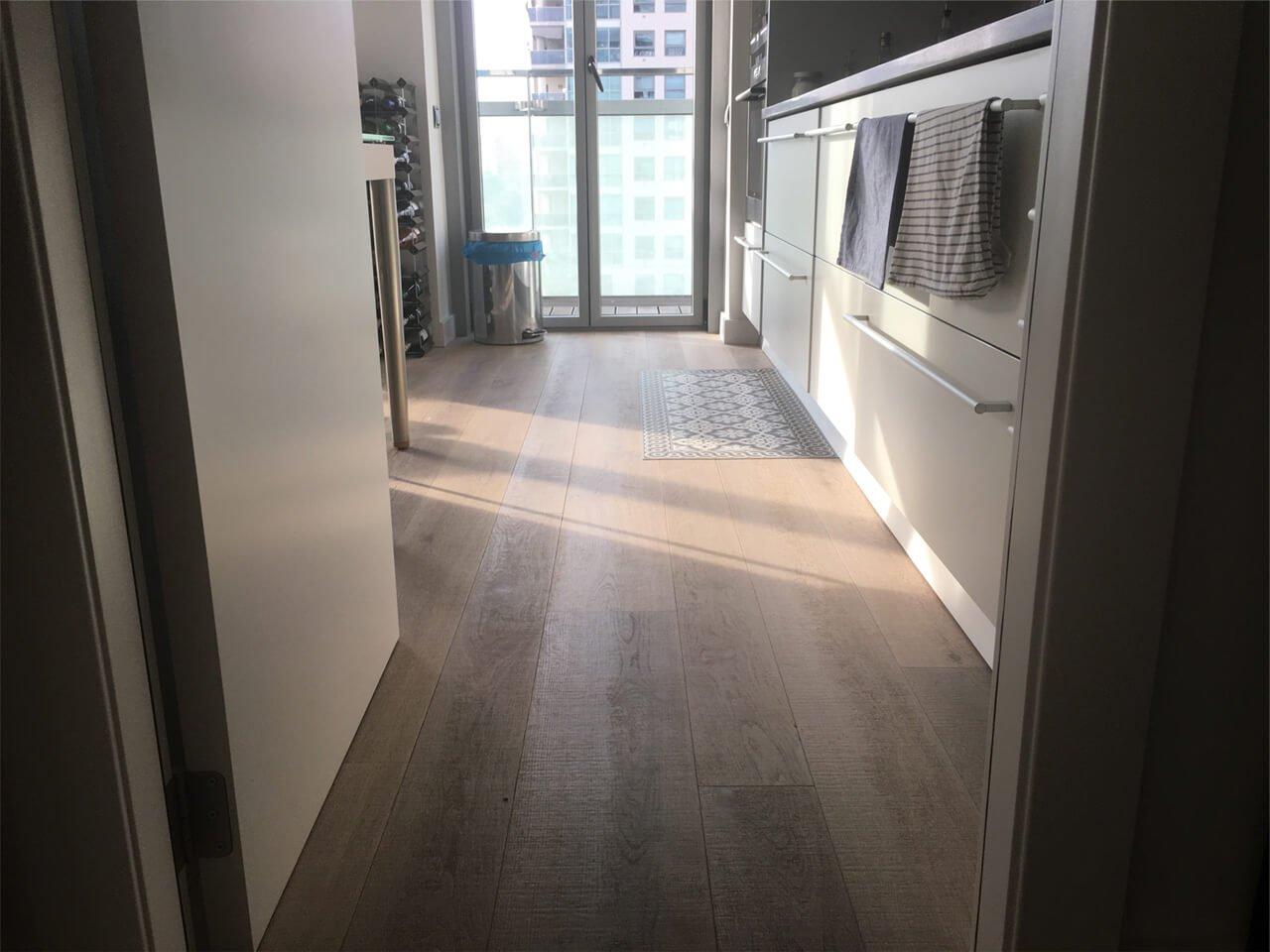 Moskito parquet Barcelona proyecto apartamento en Diagonal Mar cocina suelo roble