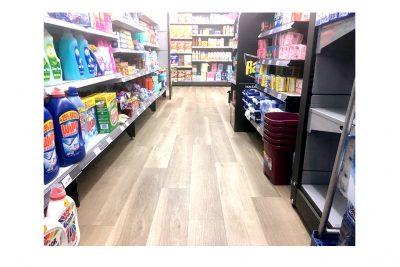 Suelo de vinilo mFLOR CONTACT instalado sin usar adhesivos en un supermercado Condis por Moskito Barcelona