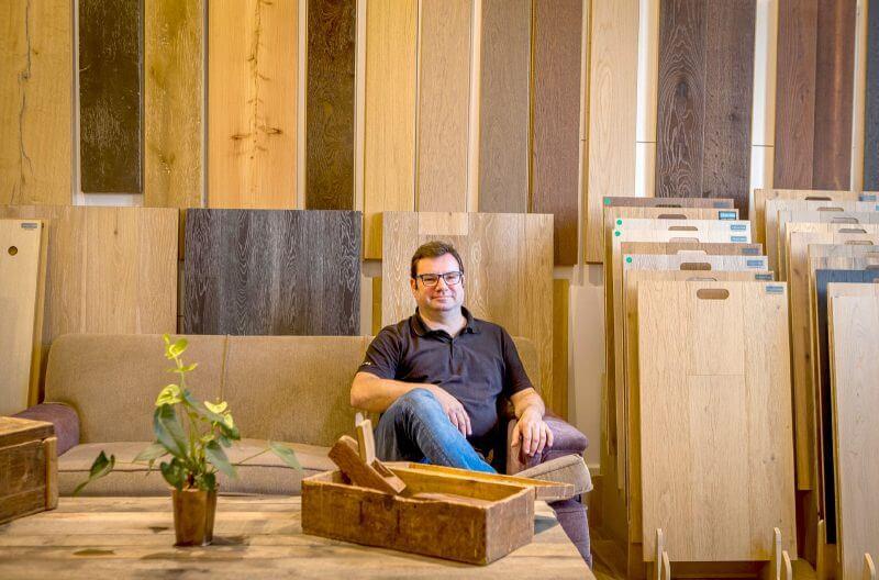 Xavi font fundador de Moskito parquet Barcelona en el nuevo showroom