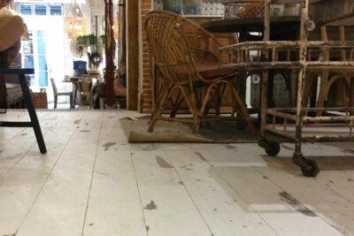 Parquet efecto envejecido de Parquets Moskito Barcelona en la tienda Ofelia Home & Decor de Madrid