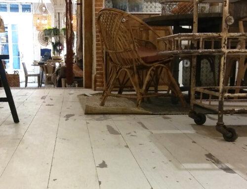 Un parquet de roure blanc envellit per a vestir una botiga singular